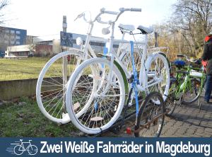 Zwei Weiße Fahrräder in Magdeburg aufgestellt